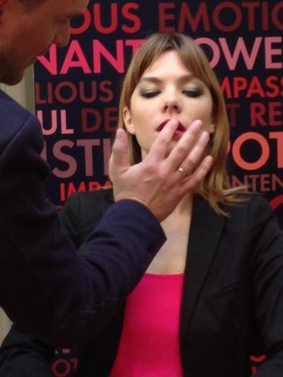 Blair recomienda presionar el labial hacia arriba con los dedos para se salga de la linea natural de los labios